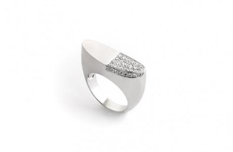 טבעת זהב מודרנית בעיצוב נקי ובקווים מעוגלים