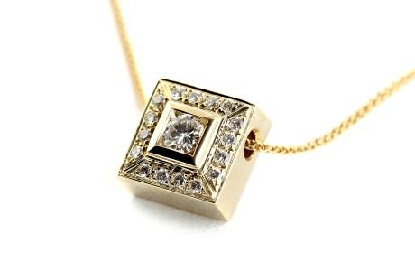 תליון זהב מרובע משובץ ביהלומים