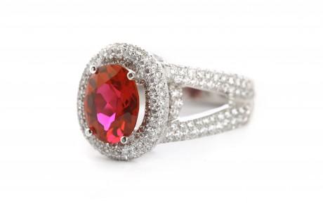 טבעת זהב משובצת יהלומים ואבן מרכזית אדומה